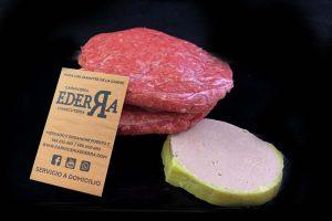 Hamburguesa de ternera pirenaica (Aralarko) rellena de foie, queso de cabra y compota de manzana:
